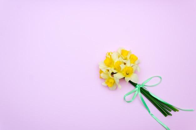 Blumenstrauß von gelben narzissen, frühlingsgeschenk