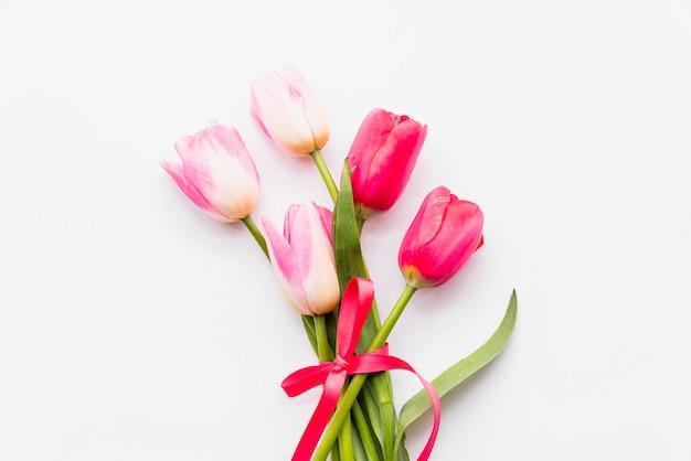 Blumenstrauß von hellen frischen blumen im farbband