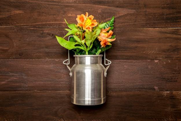 Blumenstrauß von lilien im metallwasser kann