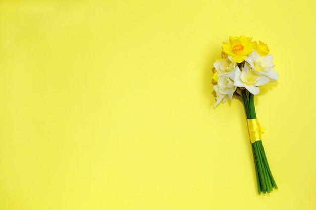 Blumenstrauß von narzissen auf einem gelben hintergrund