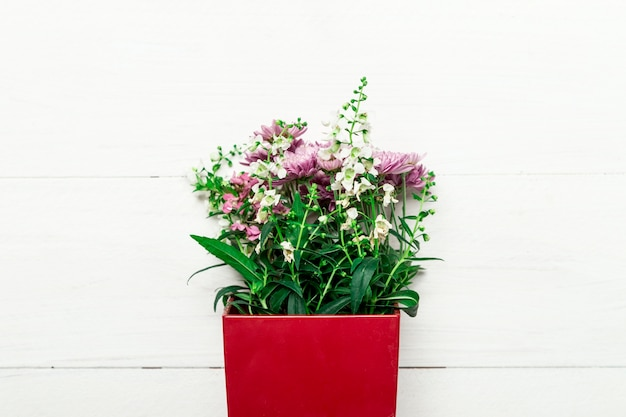 Blumenstrauß von natürlichen blumen im roten kasten