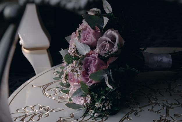 Blumenstrauß von purpurroten blumen liegt nah oben