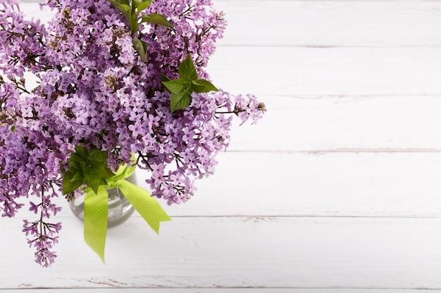 Blumenstrauß von purpurroten lila blumen des frühlinges