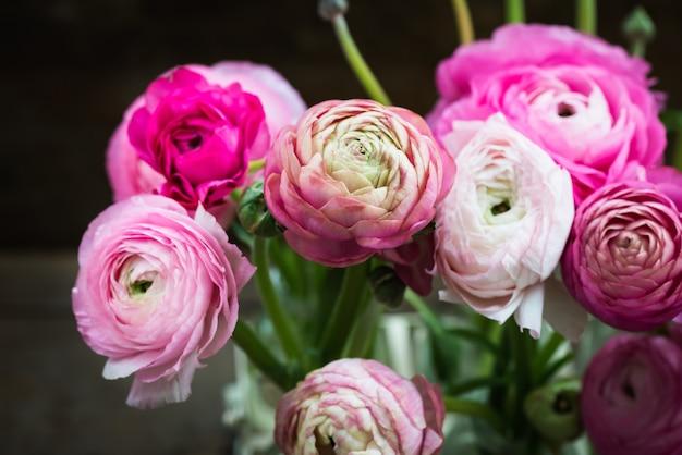 Blumenstrauß von rosa ranunculus-butterblume-blumen