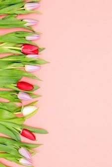 Blumenstrauß von tulpen auf einer tabelle mit einem leeren sitz