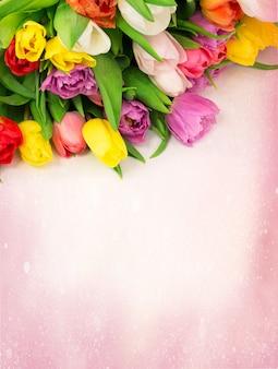 Blumenstrauß von tulpen blüht auf der hintergrundweinlese, die mit copyspace retro ist