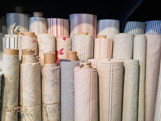 Blumenstrauß von warmen gestrickten pastellfarben von verschiedenen gewebemustern in einem stapel auf weiß.