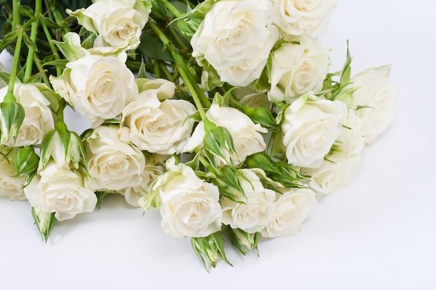 Blumenstrauß von weißen rosen auf einem weißen hintergrund