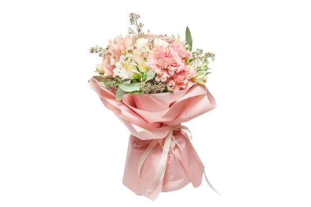 Blumenstrauß von zarten rosa blumen in rosa geschenkpapier.
