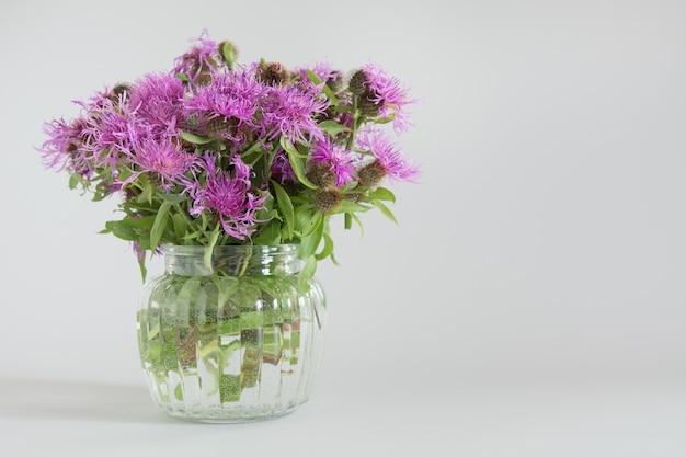 Blumenstrauß wild lila blumen iv vintage vase