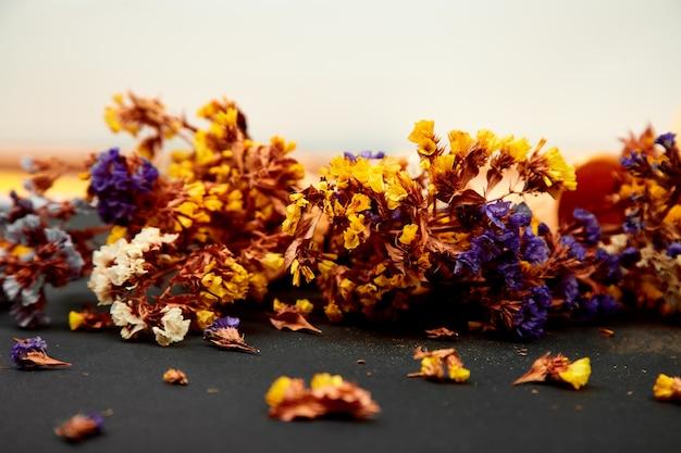 Blumenstraußblumen in einem waffelkegel auf einem schwarzen hintergrund.