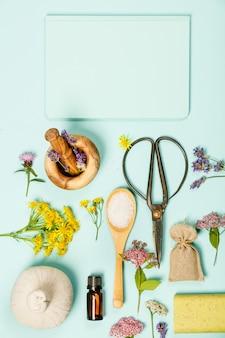 Blumenszene aus wilden heilblumen und spa-produkten