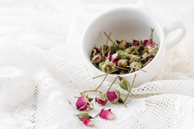 Blumentee mit hagebutten in der schüssel