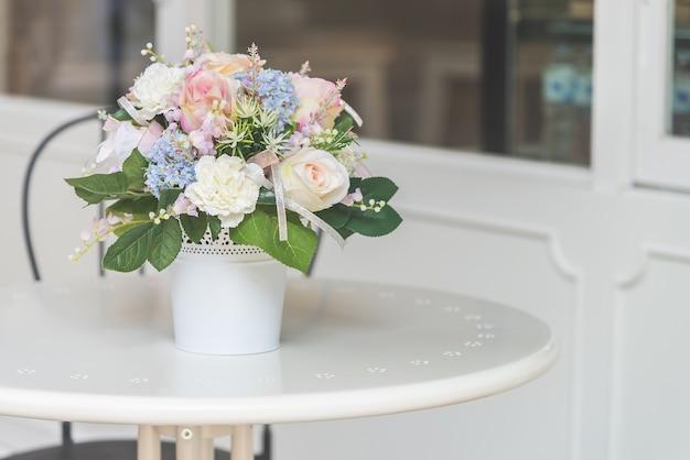Blumentisch blaue vase grün
