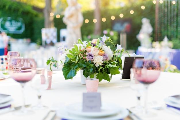 Blumentischdekorationen für feiertage und hochzeitsabendessen.