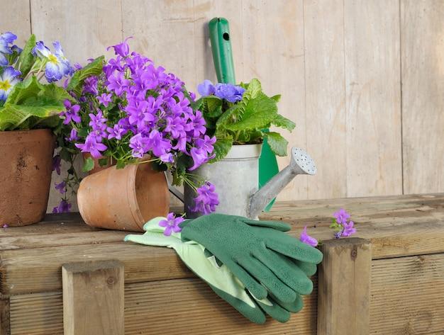 Blumentöpfe und gartenzubehör in einem schuppen