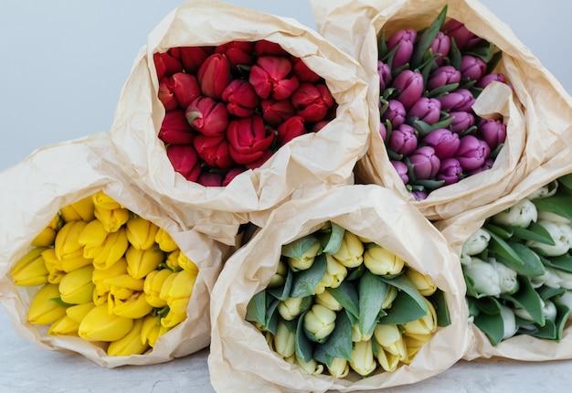 Blumentulpenbündel der frühlingstulpen. tulpen verschiedener sorten.