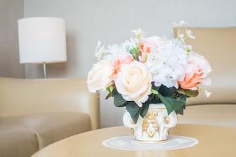 Blumenvase auf Tischdekoration im Innenraum des Wohnzimmers