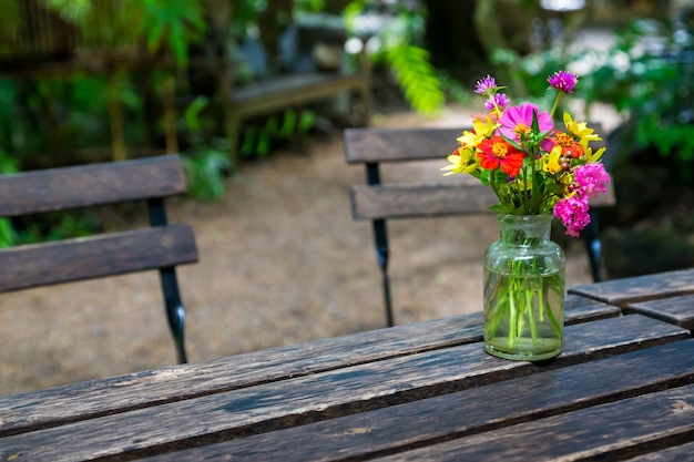 Blumenvase auf tischholz.