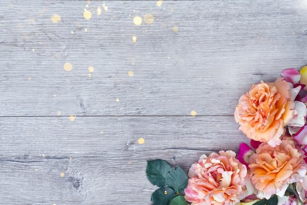Blumenzusammensetzung auf hölzernem hintergrund. valentinstag hintergrund.
