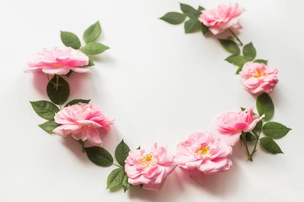 Blumenzusammensetzung aus rosa rosen isoliert auf weißem hintergrund blumenmuster flach draufsicht