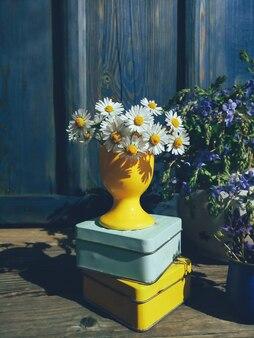 Blumenzusammensetzung in den blauen und gelben natürlichen hellen harten schatten