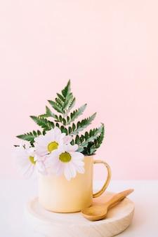 Blumenzusammensetzung mit holzlöffel