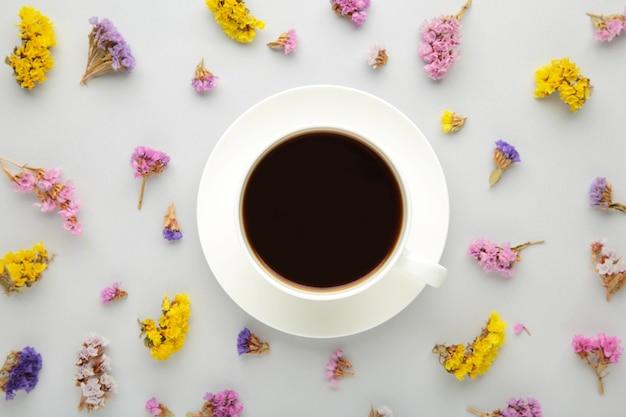 Blumenzusammensetzung mit tasse kaffee
