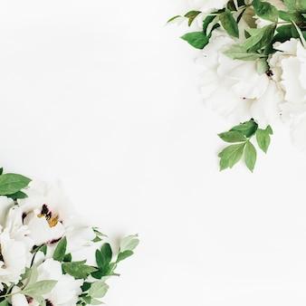 Blumenzusammensetzung von weißen pfingstrosenblüten auf weißer oberfläche