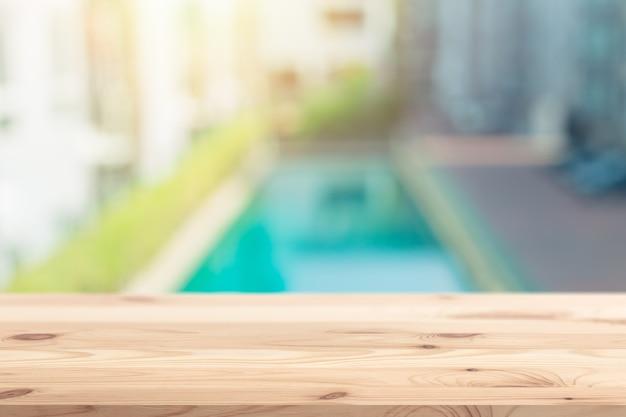 Blur accommodation schwimmbad hintergrund mit holztisch platz