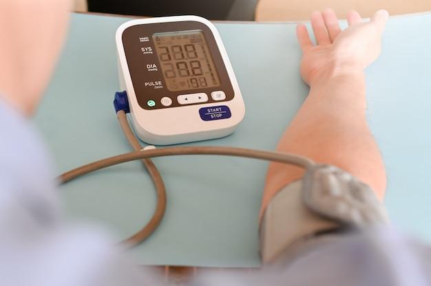 Blutdruckgesundheitscheck, hoher blutdruck, der blutdruck des patienten im krankenhaus, selektiver fokus überprüft