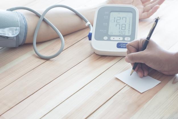 Blutdruckmesser des doktorkardiologen des männlichen patienten. gesundheits-konzept