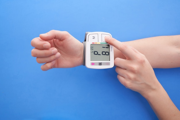 Blutdruckmessgerät auf blauem hintergrund, kopierraum