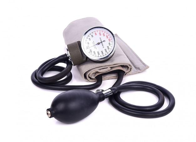 Blutdruckmessgerät lokalisiert auf weiß