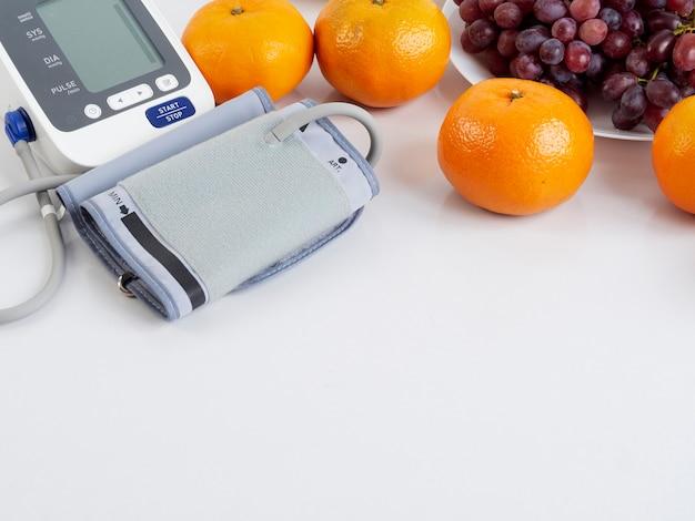 Blutdruckmessgerät und früchte