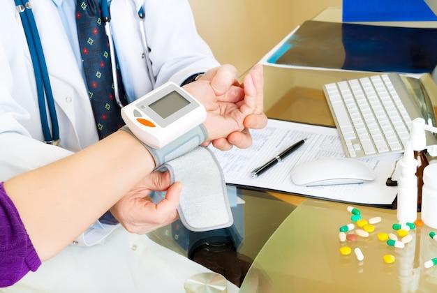 Blutdruckmessung durch einen arzt