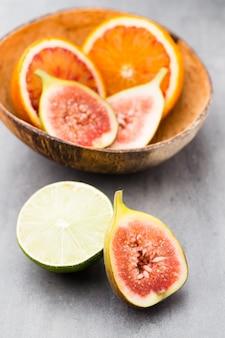 Blutige sizilianische orangen und feigen. geringe schärfentiefe.