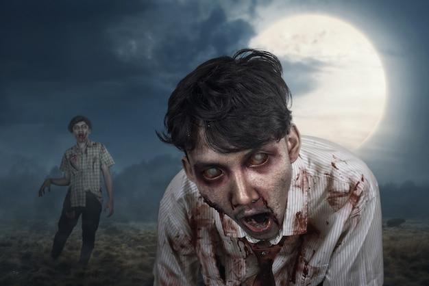 Blutige zombies, die um mitternacht herumhängen
