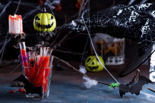 Blutiges cocktail in den glasgefäßen für halloween-parteifeier.