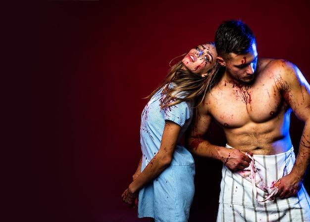 Blutiges halloween-paar in der liebe zusammen tierhunger muskulöser mann in der blutschlachterei