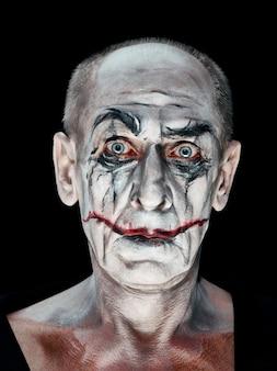Blutiges halloween-thema: verrücktes maniak-gesicht