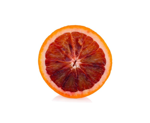 Blutrote orangen isoliert auf weißer oberfläche