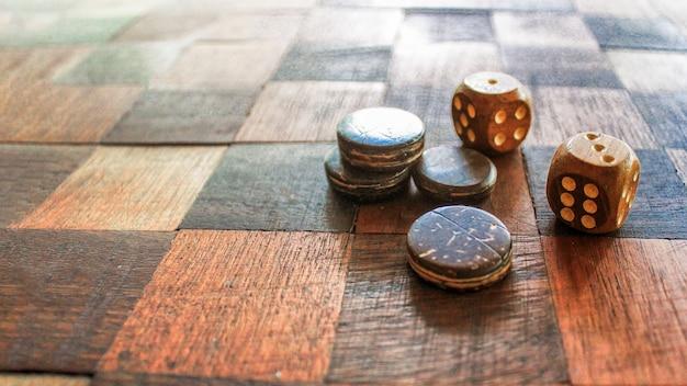 Board für ein spiel mit zwei würfeln, die den höhepunkt von fünf und sechs punkten zeigen.