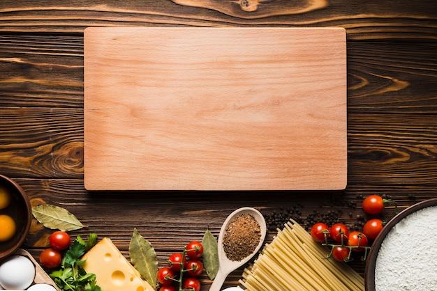 Board in der nähe von zutaten für pasta