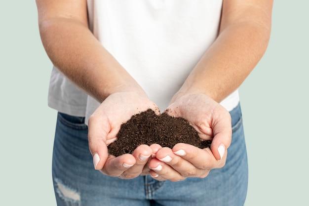 Boden in der hand für die wiederaufforstung, um den klimawandel zu verhindern
