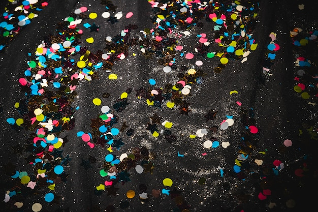 Boden mit konfetti nach der party