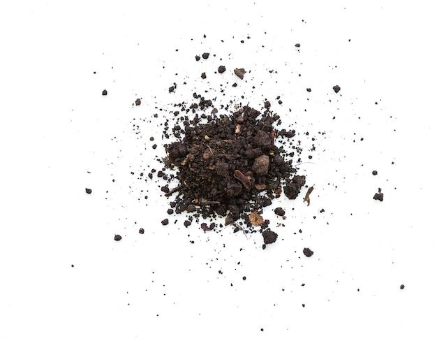 Boden schmutzige erde auf weißem hintergrund. natürliche bodentextur