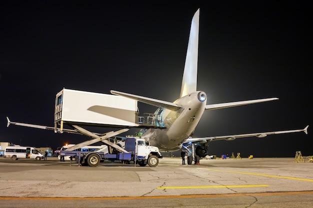 Bodenabfertigung des verkehrsflugzeugs in der nacht