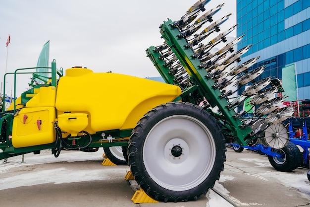 Bodeninjektor zum einbringen von flüssigen mehrnährstoffdüngern in den boden. maschinen in der landwirtschaft.