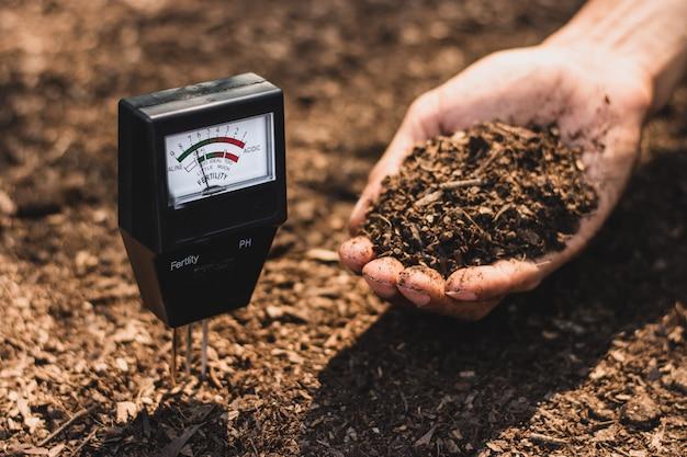 Bodenmessgerät, das derzeit in einem für den anbau geeigneten lehm verwendet wird.